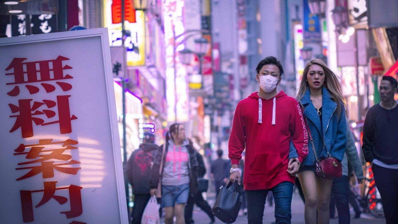 pareja paseando en Japón