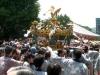 本殿前を過ぎて神輿を下ろす広場へ