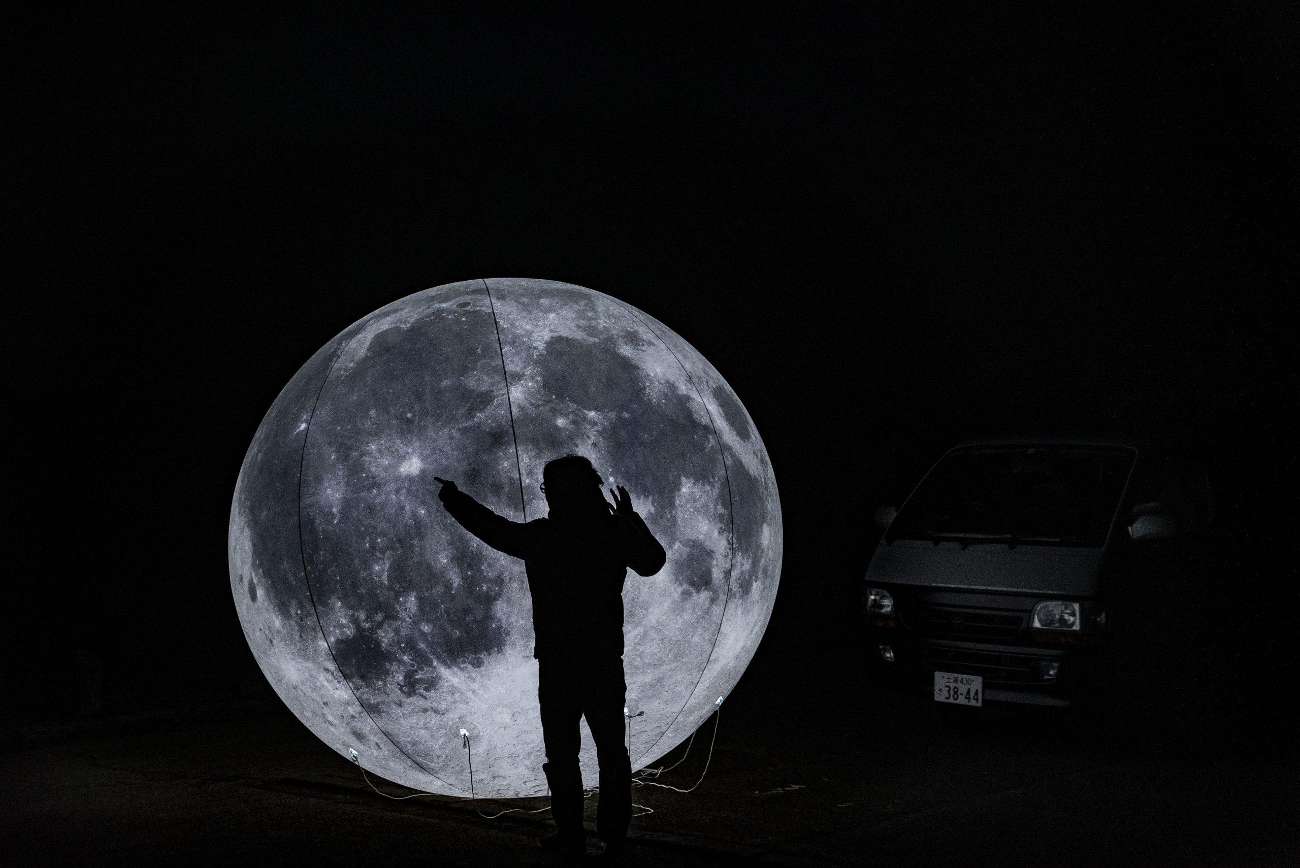 大きな月球