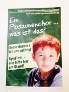 Das Poster sorgt für Aufmerksamkeit – auch durch den direkt anschauenden Jungen