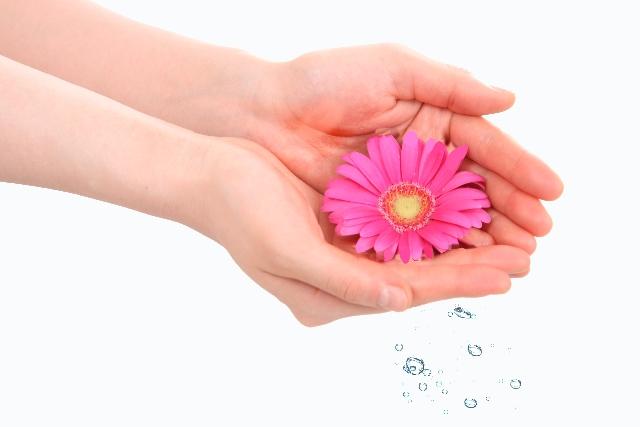 手のひらに花、しずく