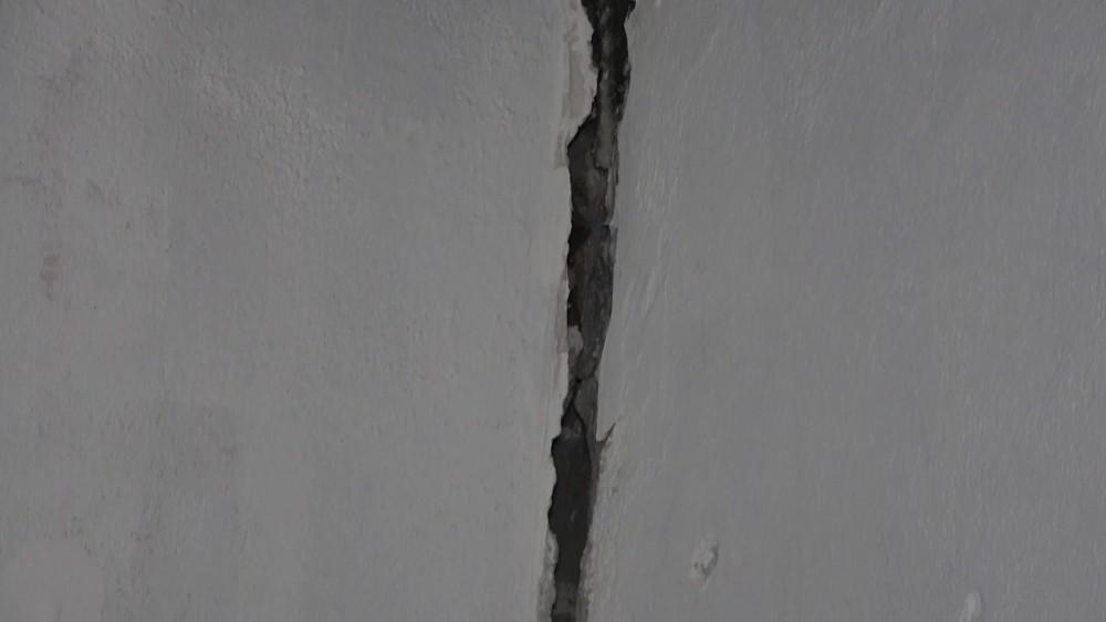 """Depremde bir evin duvarları çatladı, yaşlı adam o anları anlattı: """"Baktım sallanıyor dışarı çıktım"""""""