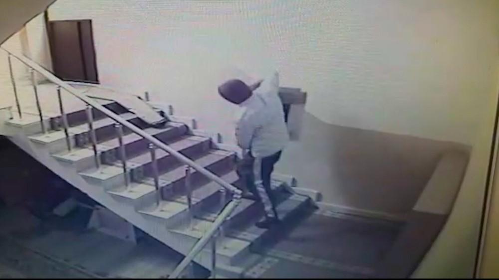 Camiden hırsızlık anları saniye saniye kamerada, rahat tavırları pes dedirtti