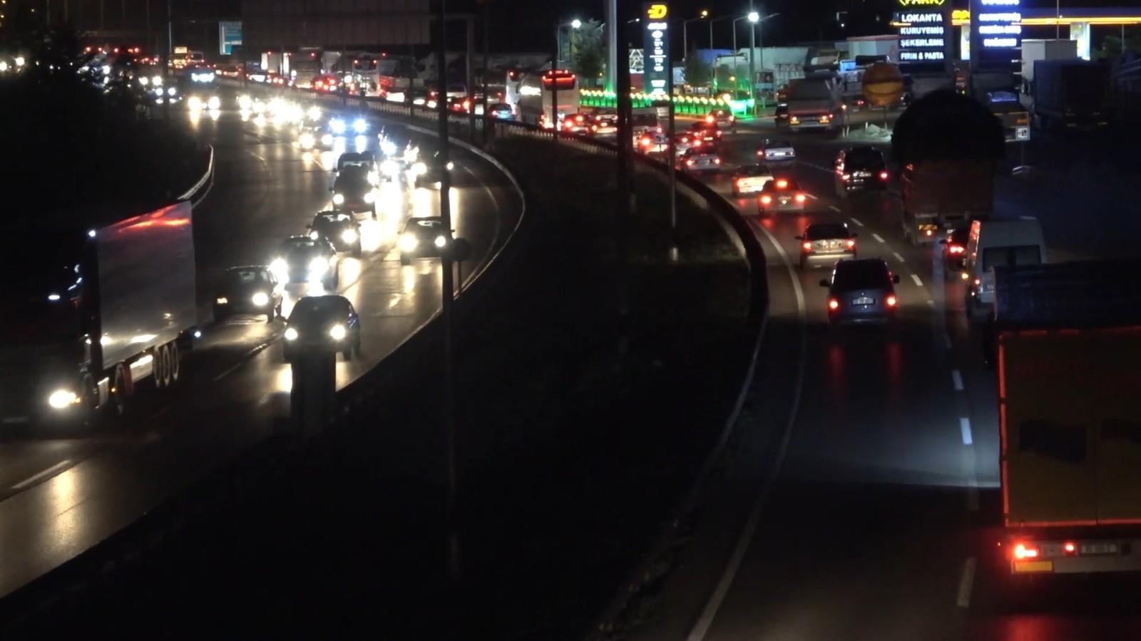 Yaz tatilinin başlamasıyla yollara akın ettiler: 43 ilin geçiş güzergâhında trafik yoğunluğu arttı