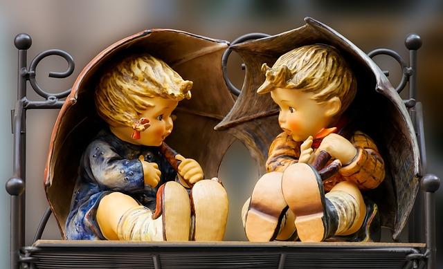 二人の子供の置物