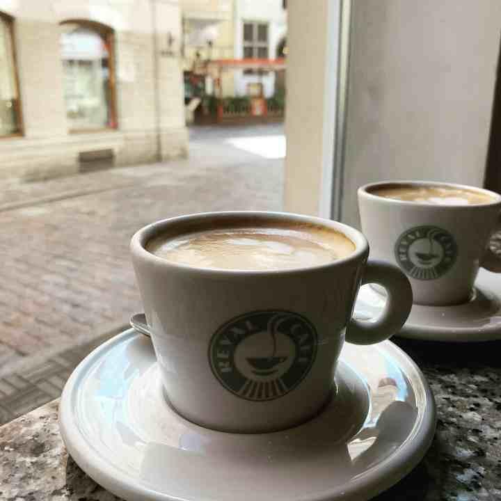 Kahvilla Tallinnassa