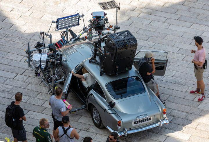 James Bondin hyvin varusteltu Aston Martin.