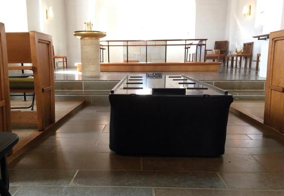 Katafalk i kirke fra Spangkilde Teknik