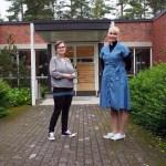 Vertaisohjaaja Anu Hynninen ja pastori Hanna Pajarinen Rantakylän kirkon edustalla.