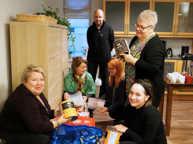 Joulumaa-tapahtumassa mukana olevien seurakuntien jä järjestöjen edustajat tutkivat, millaisia ruoka-aineksia lahjoituskasseista löytyy.