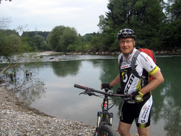 Petri Rask polkupyörän kanssa kypärä päässään ja urehilullisissa vaatteissa lammen rannalla kesällä.