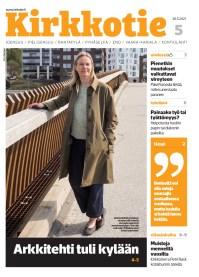 Kuva Kirkkotie-lehden kannesta. Kansikuvassa Kiihtelysvaaran kirkon arkkitehti Riikka Kuittinen seisoo Joensuussa Ylisoutajan sillalla nojaten sillankaiteeseen ja katsoo kameraan.