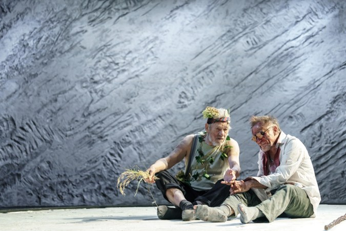 9 5 Ian McKellen Lear Danny Webb Gloucester in Chichester Festival Theatres KING LEAR Photo Manuel Harlan DR2 221