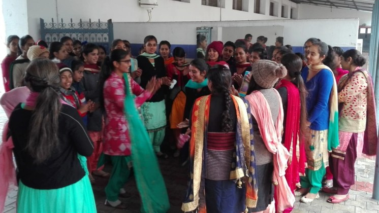 Junge Mädchen singen traditionelle Lieder an Lohri