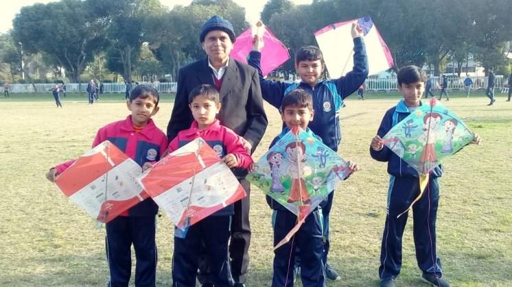 Dr. Isaak, akademischer Direktor der KSA, mit Schülern