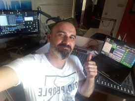 Kırşehir'li radyo spikeri, bozlak türküleri ile sanatçılardan canlı performans alıyor