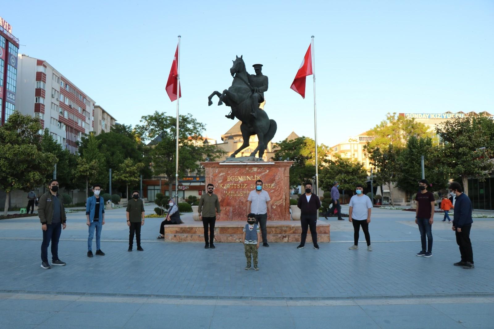 19.19'da Kırşehir'de hayat durdu, gençler Cacabey Meydanı'nda İstiklal Marşı okudu