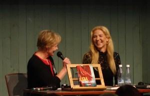 Liza Marklundin dekkarit ja muut kirjat olivat luettuna, mutta lyhyissä haastatteluissa sipaistiin vain pintaa. Olisimme kuunnelleet pidempäänkin Lizan mietteitä.