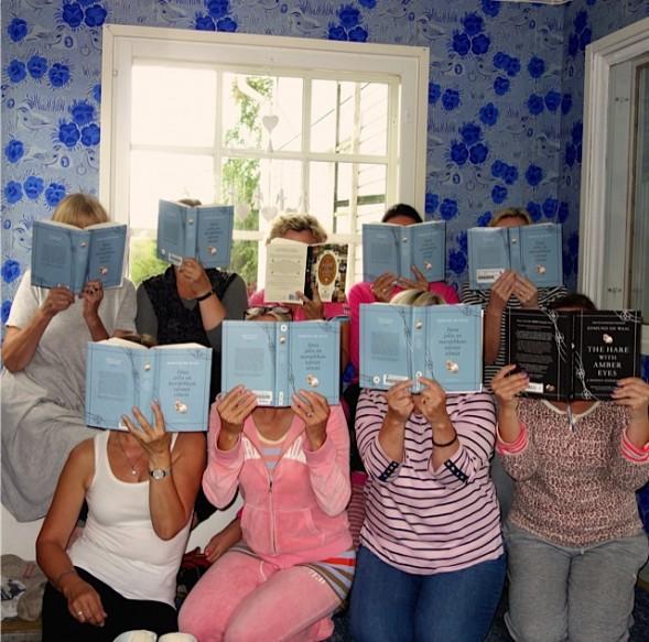 Pirjo kestitti bookclubilaisia maaseutukodissaan. Kirjasta keskusteltiin neljättä tuntia.