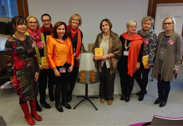 Kirsin Book Club ja Virpi Hämeen-Anttila. Vasemmalla kustannustoimittaja Mari M