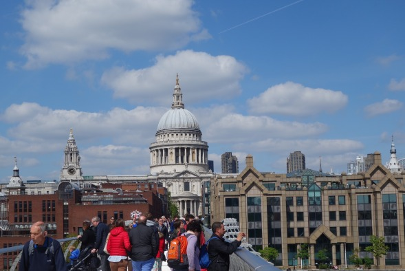Talvisodassa tytär Evan ystävä leiriytyy Lontoossa St Paulin katedraalin juurelle telttakylään