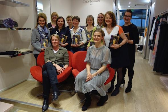 Kirsin Book Clubin naisia Tara Jarmonilla. Edessä Teoksen tj Nina Paavilainen ja kirjailija Riikka Pelo, jonka takana tilaisuuden organisoinut Tara Jarmonin Tuija Holmström.
