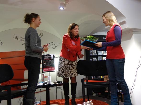 Kirsin Book Club järjesti Blogistanian palkinnonjaon. Pääsin kukittamaan Annin!