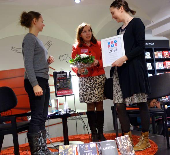 Jenna Kostet kertoi olevansa onnellinen, että blogistit löysivät hänen esikoiskirjansa Lautturin, joka voitti Kuopus-sarjan.