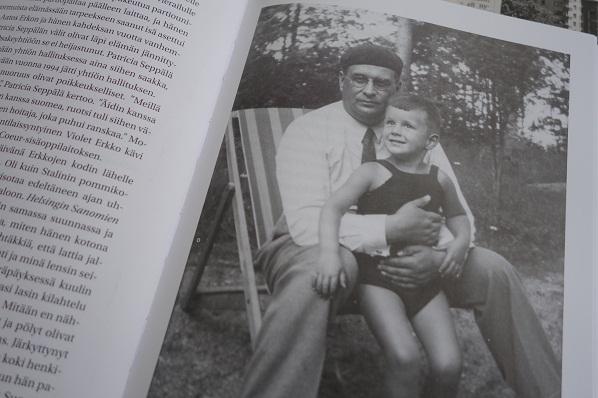 Vahvan isän varjossa kasvanut poika, josta itsestäänkin tuuli suuri mutta lehtimoguli. Kirkan kuvitusta.