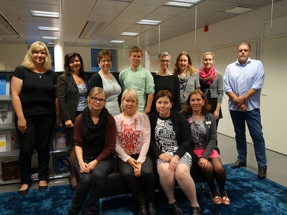 Käsittelimme Kun aika loppuu -teosta myös vetämässäni Nordic Morning -konsernin yrityslukupiirissä syyskuussa 2015. Saimme hurmaavan Elina Hirvosen (edessä toinen vasemmalta) vieraaksemme.