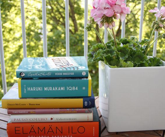 Goliarda Sapienzan romaani Elämän ilo on jo melkein luettu.  Todella hieno ja monitasoinen teos.  Timo Parvelan kirjat Maukasta ja Väykästä ovat aina mukavan rentouttavaa luettavaa ja siksi onkin kiva saada kesällä lapsivieraita lukukaveriksi. Ja tottakai yksi tai kaksi Agathaa mahtuu kesälomaan aina. LIsäksi listallani on Yksi Murakami, yksi Coelho sekä Grace McGleen Ihana maa, joka voitti parhaan brittiläisen esikoisromaanin palkinnon vuonna 2012.