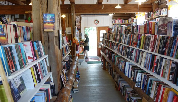 Meidän perhe osti Sysmän kirjakaupasta neljä kirjaa mukaansa.