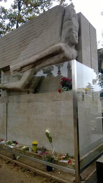 Oscar Wilden hauta on Pariisissa Père Lachaisen hautausmaalla. Liian innokkaiden ihailijoiden takia muistomerkki on eristetty lasilevyllä.
