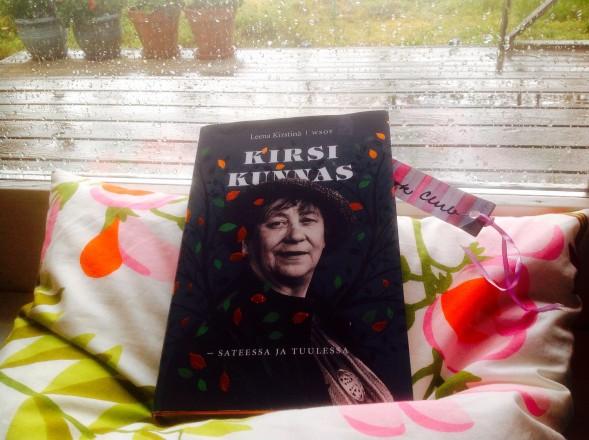 Kirsi Kunnas - sateessa ja tuulessa kuvattuna kirjan mukaisessa säässä.