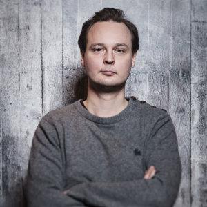 Tuomas Vimman romaaneja ovat Helsinki 12, Toinen, Gourmet, Raksa ja Ruutukymppi. Kuva: Marek Sabogal / Gummerus