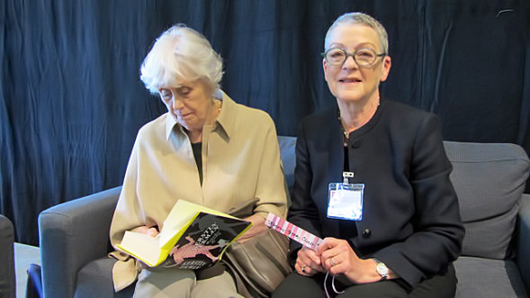 Kerstin Ekman signeeraa Huijareiden paratiisia ja Eva Bonnier sai Kirsin Book Clubin kirjanmerkin.