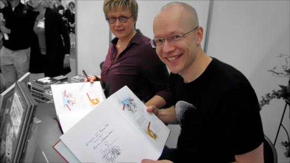 Aino Havukainen ja Sami Toivonen Turun Kirjamessuilla 2015. Sami piirsi signeerauksen Singaporeen, ei kun Singavaahtoon...