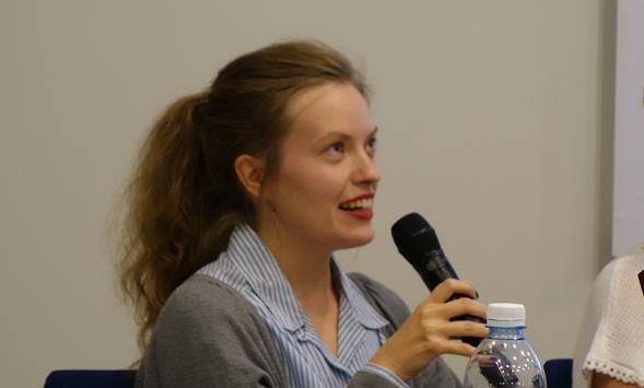 Katja Raunio on vuonna 1985 syntynyt taidehistorioitsija ja käytännöllisen filosofian opiskelija. Hän esitteli teostaan perjantaina Helsingin Kirjamessuilla.