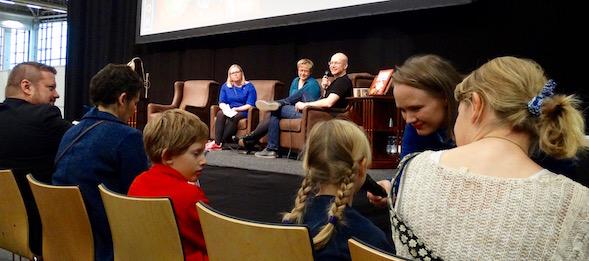 Aivan paras kirjailijatentti Helsingin Kirjamessuilla, lapset kyselivät kirjilijoilta.