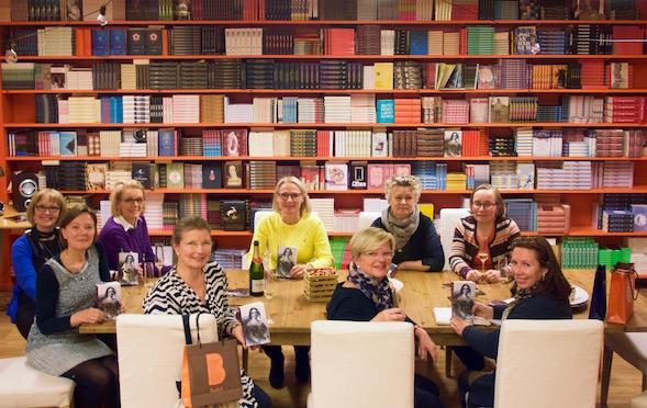 Kirsin Book Clubin 5-vuotissynttärit Teoksella ja lukupiirin kirjana Raija Orasen Aurora.