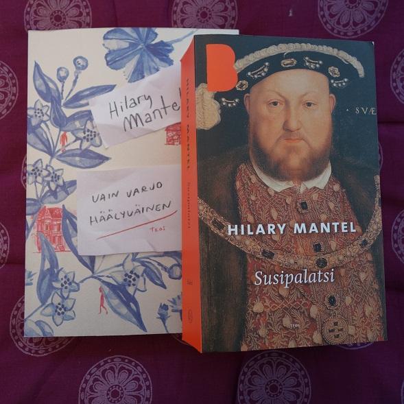 Vain varjo häälyväinen ilmestyi englanniksi jo ennen Susipalatsia, eikä Mantel siitä muistelmissaan kirjoita. Muutenkaan kirjassa ei ole hänen kirjailijan uransa pääroolissa.