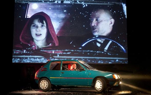 Riston autossa on turvallista, ja Ristolle Antti paljastaa kipeän salaisuutensa: vanhemmat ovat eronneet. Kuva Stefan Bremer/Kansallisteatteri.