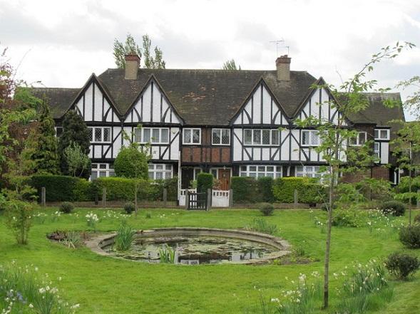 Tudortyylisen talon paksujen seinien suojissa tapahtuu kauheita asioita. Kotiinpaluun kuvaus perheväkivallasta on hyytävää, mutta valitettavan totta. Kuva David H, Creative Commons