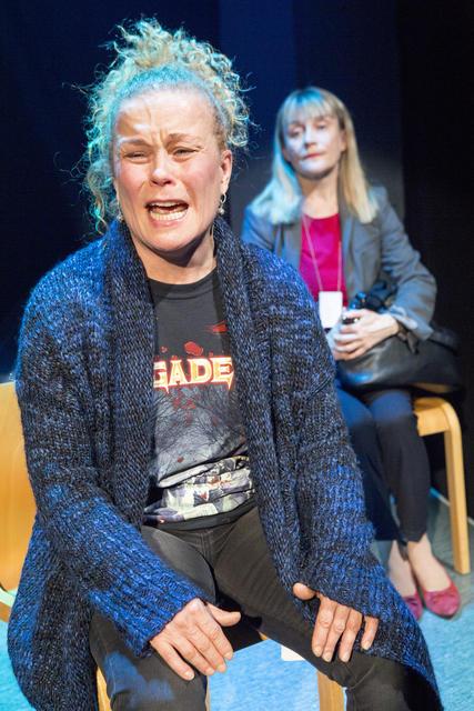 Ursula Salon tulkitsema Laura jaksaa, jaksaa, kunnes napsahtaa. (Kuva HKT)