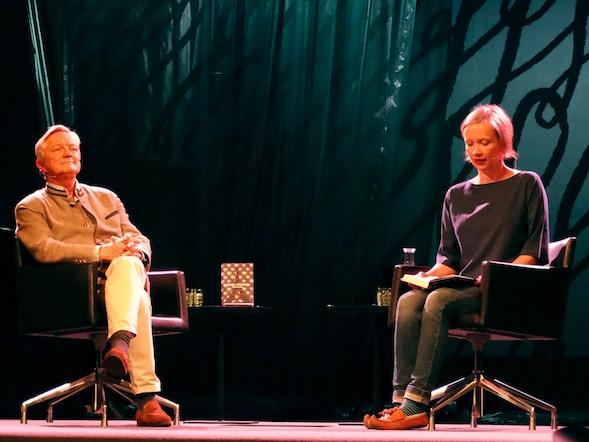 Taiteilija Hannu Väisänen kuunteli, kun taiteilija Hanna Saarikoski luki otteen Hannun Elohopeasta.