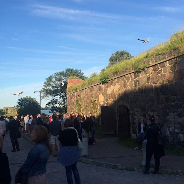 Vierailimme Suomenlinnan kesäteatterissa kauniina heinäkuisena iltana.