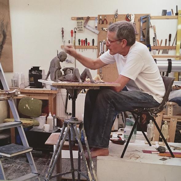 Ron Mueck työssään.