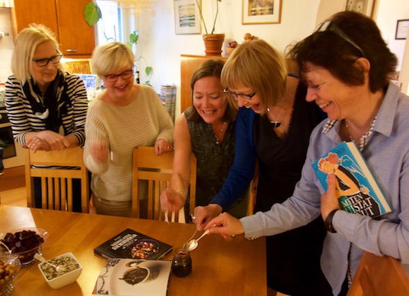 Marjan (vas.) tekemää suppilovahverohilloa lukupiiri-illassa maistelivat Airi, Liisa, Pirjo ja Titti.
