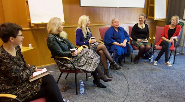 Kirjailija Enni Mustonen kertoi vuolaasti suositusta Sivustakatsojan tarinoita -kirjasarjastaan Otavan lukupiirissä.