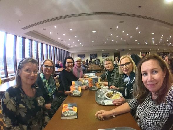 Kirsin Book Clubin joukko lounaalla päättämässä tammikuun lukupiirikirjaa.